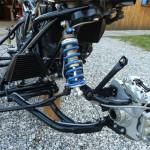 La fourche d'Albert est une merveille de légèreté. La commande de rotation de la roue du panier est la barre située derrière au bas de l'amortisseur EMC.