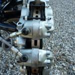 """Ce choix a nécessité l'écartement des pinces moto par des pièces fabriquées à la demande afin qu'elles puissent """"avaler"""" le disque ventilé fonte de largeur conséquente."""