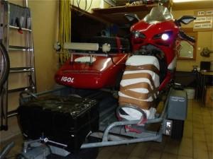 L'hyperside (avec les freins AV protégés contre les vapeurs de gazole) du véhicule tracteur) patientait sur sa remorque...